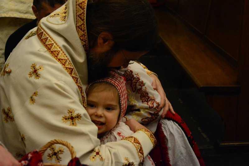 """EXPLOZIVA PASTORALĂ DE CRĂCIUN a PS MACARIE, Episcopul Europei de Nord, DESPRE RĂZBOIUL FĂRĂ PRECEDENT ÎMPOTRIVA FAMILIEI ŞI AL VIEŢII şi diversele forme de RĂPIRI DE COPII din zilele noastre: <i>""""Dacă nu ne transformăm familia într-o mică biserică, nu putem rezista tăvălugului acestei lumi. Dacă nu ne ancorăm, fie și cu ultimele puteri, în viața Bisericii, vom cădea pradă forțelor întunericului…""""</i>"""