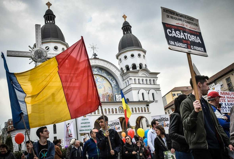 Potrivit liderului PSD, Liviu Dragnea, REFERENDUMUL de modificare a constitutiei pentru DEFINITIA CASATORIEI va avea loc IN ACEASTA TOAMNA! (Video)/ Presa de hazna si statii de drept reincep diversiunile
