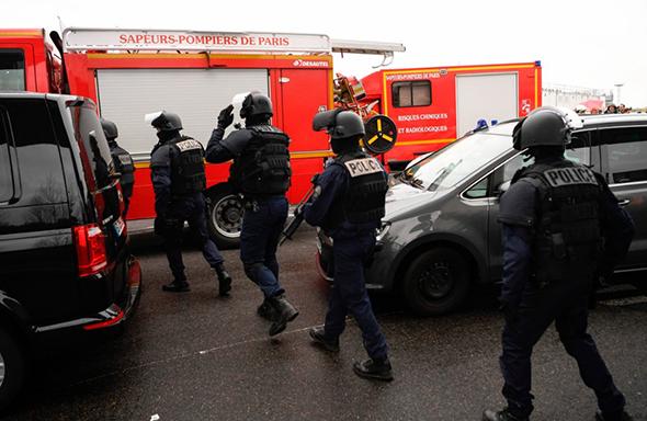 ALERTA LA PARIS provocata de mai multe incidente armate/ TURCIA SANTAJEAZA: <i>&#8220;Dacă doriți, în fiecare zi vom lăsa să treacă 15.000 de refugiați și vă va durea capul&#8221;</i>/ ERDOGAN VORBESTE DESPRE RAZBOIUL DINTRE CRUCE SI SEMILUNA. <i>&#8220;Europa se îndreaptă spre zilele care au premers al Doilea Război Mondial&#8221;</i>