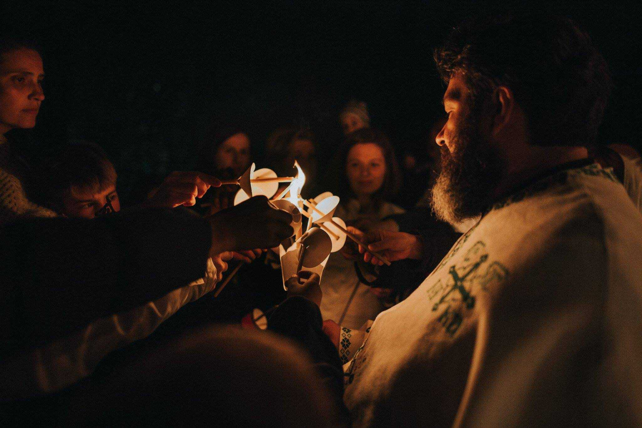 """PATIMILE DOMNULUI și ÎNVIEREA în comunitatea tinerilor din Cluj-Napoca îndrumată de Părintele Ciprian Negreanu (VIDEO, FOTO). <i>""""… în Cer a sta ni se pare…""""</i>"""