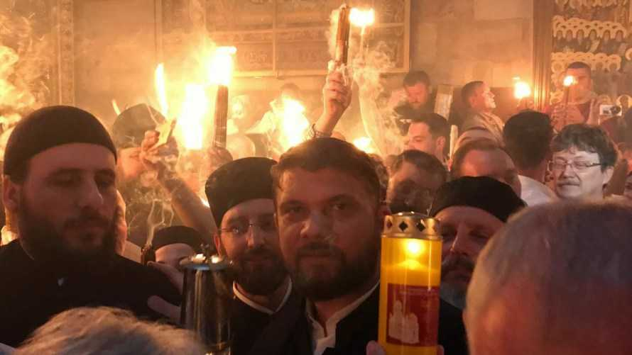 SFANTA LUMINA s-a pogorat si in 2017 la IERUSALIM, in Biserica Sfantului Mormant – VIDEO. <i>Hristos a inviat!</i>