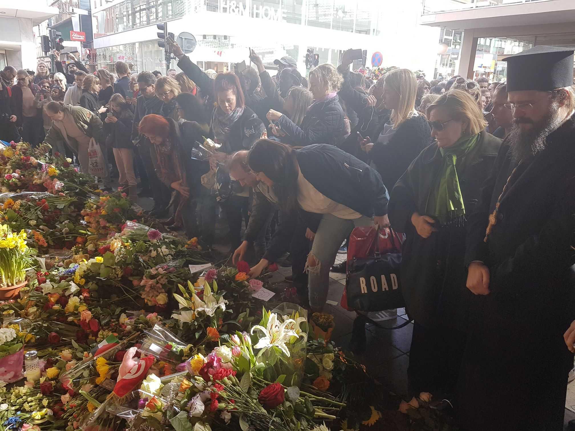 Preasfintitul Macarie Dragoi despre atacul de la Stockholm: <i>TRAIM VREMURI TULBURATOARE, IN CARE PARE CA S-A LUAT PACEA DE PE PAMANT</i> (Video)/ Episcopul Scandinaviei a vizitat locul atacului si românca ranita de camion