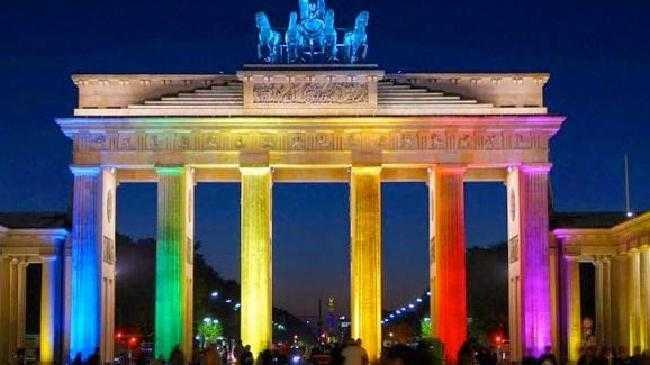 GAYLAND ÜBER ALLES IN DER WELT. Merkel cedeaza casatoria presiunilor homosexuale/ Comentariu Deutsche Welle: NU CUMVA SE DESCHIDE POARTA CASNICIILOR PEDOFILE?/ Exemplul lituanian: RESPINGEREA PARTENERIATELOR GAY, LEGE A COABITARII/ Expertul ONU pentru minoritati sexuale vrea NORMATIVIZAREA HOMOSEXUALITATII/ Ambasadorul Argentinei insultă România