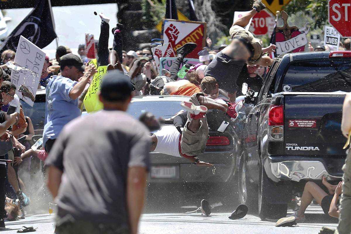 """<i>Actualizat</i> cu reactia Man. Petru Voda/ CIOCNIRI SI INCIDENTE VIOLENTE LA CHARLOTTESVILLE, in timpul unor manifestatii ale SUPREMATISTILOR ALBI. Marsul rasistilor fusese provocat de decizia de inlaturare a statuii unui general sudist din Razboiul Civil/ ORGANIZATORUL MARSULUI: SIMPATIZANT AL …MISCARII LEGIONARE/ Ce este """"alt-right"""" si ce se stie despre autorul actului terorist?/ <i>""""Charlottesville e doar începutul""""</i>"""