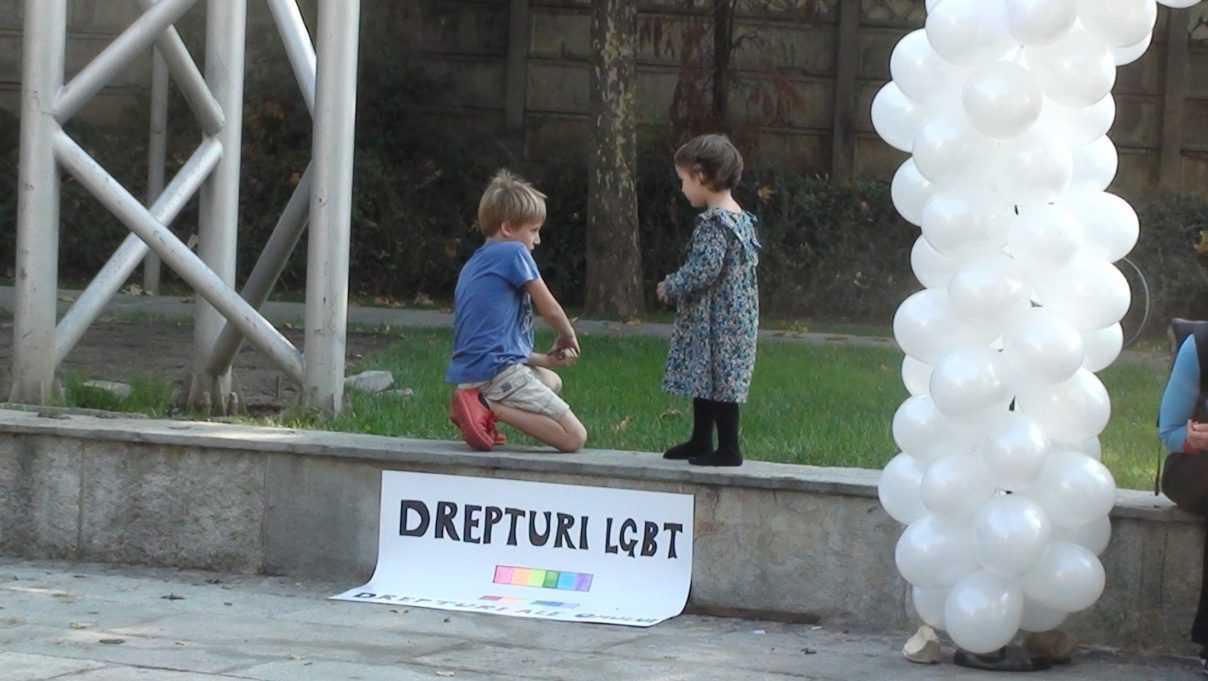 """MINI-PROTEST AL MILITANTILOR LGBT PENTRU PARTENERIATE CIVILE. La eveniment au participat si copii…/ VISKI vrea ANULAREA libertatii de constiinta pentru impunerea PARTENERIATELOR (Video)/ Majoritatea covarsitoare a românilor NU VREA casatorii homosexuale/ OPONENTII CASATORIILOR GAY DIN AUSTRALIA – SUPUSI UNOR ACTE DE ABUZ/ Protest in Marea Britanie fata de EDUCATIA ANTI-CASATORIE NORMALA din scoli/ TRANSGENDERISMUL – PREDAT INCA DIN GRADINITA IN CALIFORNIA/ """"Progresism avansat"""": abolirea casatoriei si anularea drepturilor parintesti"""