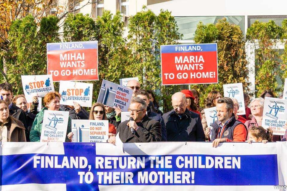 <i>&#8220;Dacă nimeni nu se opune, ACELAȘI SISTEM VA FI ÎN CURÂND ȘI ÎN ROMÂNIA&#8221;</I>/ Coalitia pentru Familie ii bate obrazul presedintelui KLAUS IOHANNIS, chemandu-l la PROTESTUL pentru CAMELIA SMICALA si copiii sai (VIDEO)/ PS MACARIE a primit acceptul PROTECTIEI COPILULUI din Finlanda de a vizita copiii (ACTUALIZAT)