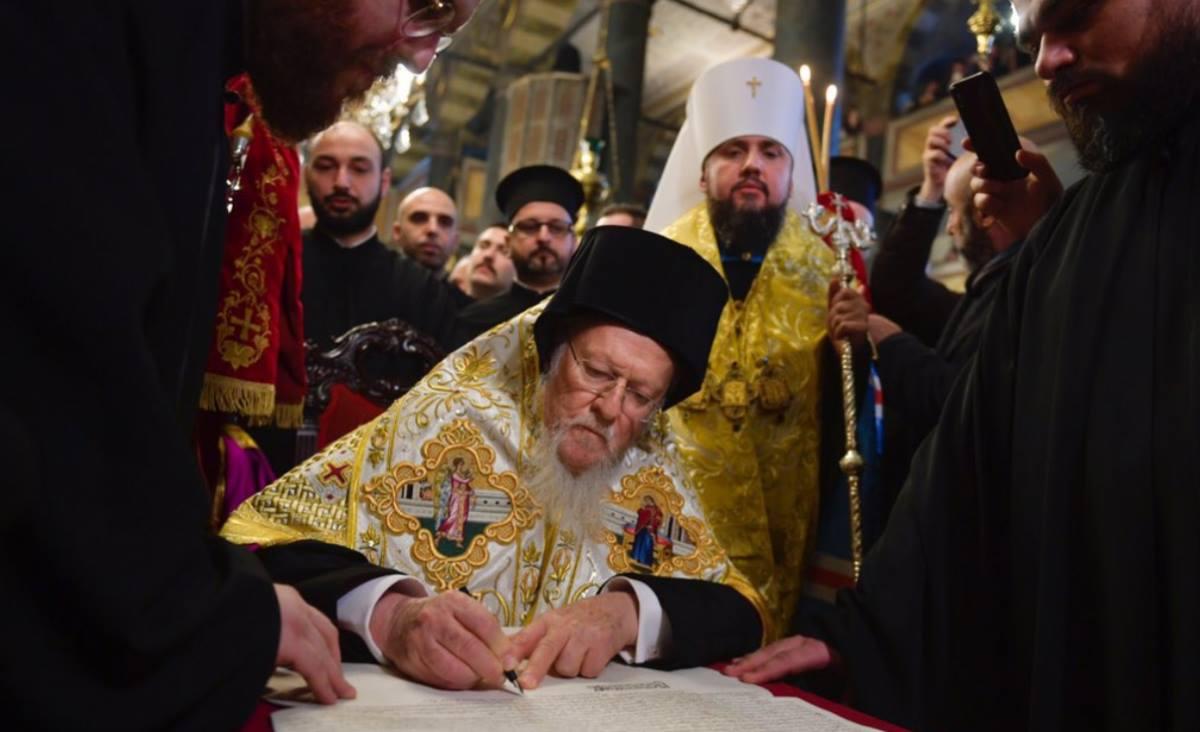 """PF BARTOLOMEU a semnat TOMOSUL de acordare a AUTOCEFALIEI Ucrainei. Autonomia noii structuri ecleziastice este LIMITATA, iar DIASPORA ucraineana se afla sub controlul Fanarului/ Ex-schismaticii din Kiev, la discutii pentru o """"foaie de parcurs"""" cu Greco-Catolicii din Ucraina/ Porosenko ar pregati PRELUAREA Lavrelor Pecerska si Poceaev"""