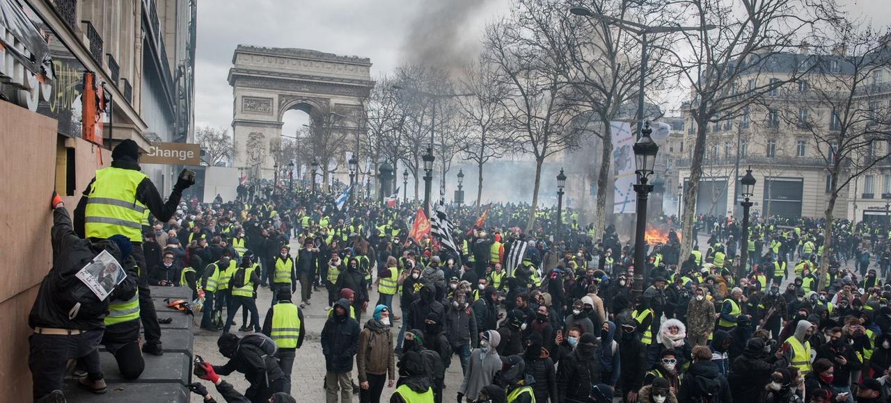 MACRON scoate trupele anti-tero impotriva VESTELOR GALBENE. Represiune si violente extreme la Paris, ignorate in mass-media (Video)