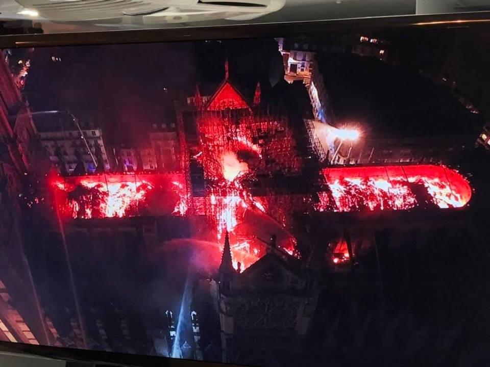 """Catedrala NOTRE-DAME din PARIS distrusa de un INCENDIU devastator (Video). IMAGINI TERIFIANTE cu conotatii apocaliptice pentru o EUROPA CRESTINA IN AGONIE, in Saptamana Mare a catolicilor. <i>""""E o senzație neplăcută, un semn rău prevestitor, ca și cum dantela de piatră distrusă ar reprezenta soarta civilizației noastre""""</i>/ Un fenomen tot mai raspandit: VANDALIZAREA BISERICILOR Europei"""