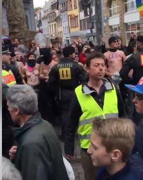 <i>Ca niște miei în mijlocul lupilor…</i> Participanții la o PROCESIUNE PRO-VIAȚĂ din Freiburg, păziți de poliție de MULȚIMI AGRESIVE ANTICREȘTINE (Video)