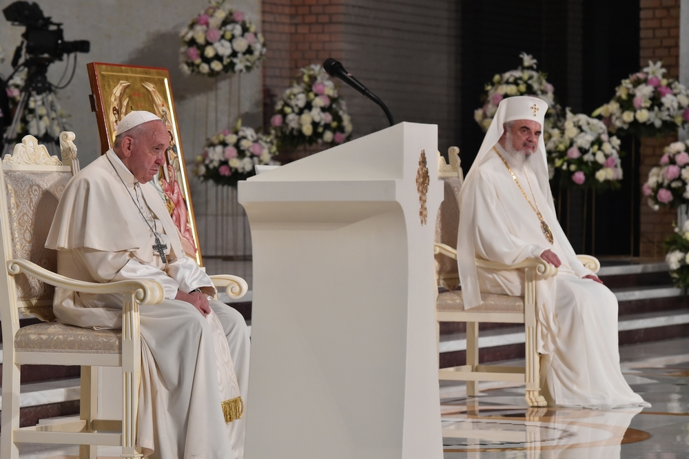 "<i>Papa Francisc la București</i>. IDOLATRIA SNOBILOR IPOCRITI. Val de emotie colectiva fata de Papa in tara in care massmedia isi dispretuieste profund Biserica si Ierarhia si in care ""CULTURA URII"", denuntata de pontif, e cultivata sistematic/ COMPORTAMENT SI DISCURS ONORABILE ALE PATRIARHULUI DANIEL"