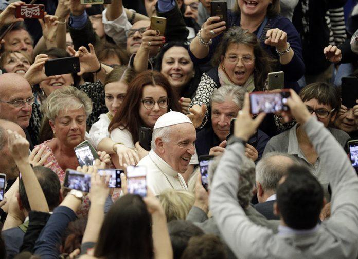 """PAPA FRANCISC, MEGASTAR IN ROMÂNIA. Din nou despre MODESTIA… OSTENTATIVA, pe profil antihristic, a """"Sfantului Parinte"""". """"MINUNILE"""" METEOROLOGICE si """"PIOSENIA"""" FATARNICA a ziaristilor globalisti si a activistilor atei care urasc din rarunchi Biserica Ortodoxa. PROPAGANDA PROZELITISTA A CATOLICISMULUI in tara """"babuinilor"""" slugarnici in fata Vestului. <i>""""Unii vor """"POSTER BOYS"""" care genereaza emotii. Nimic nou, de 2.000 de ani. IISUS vs BARABA""""</i>"""