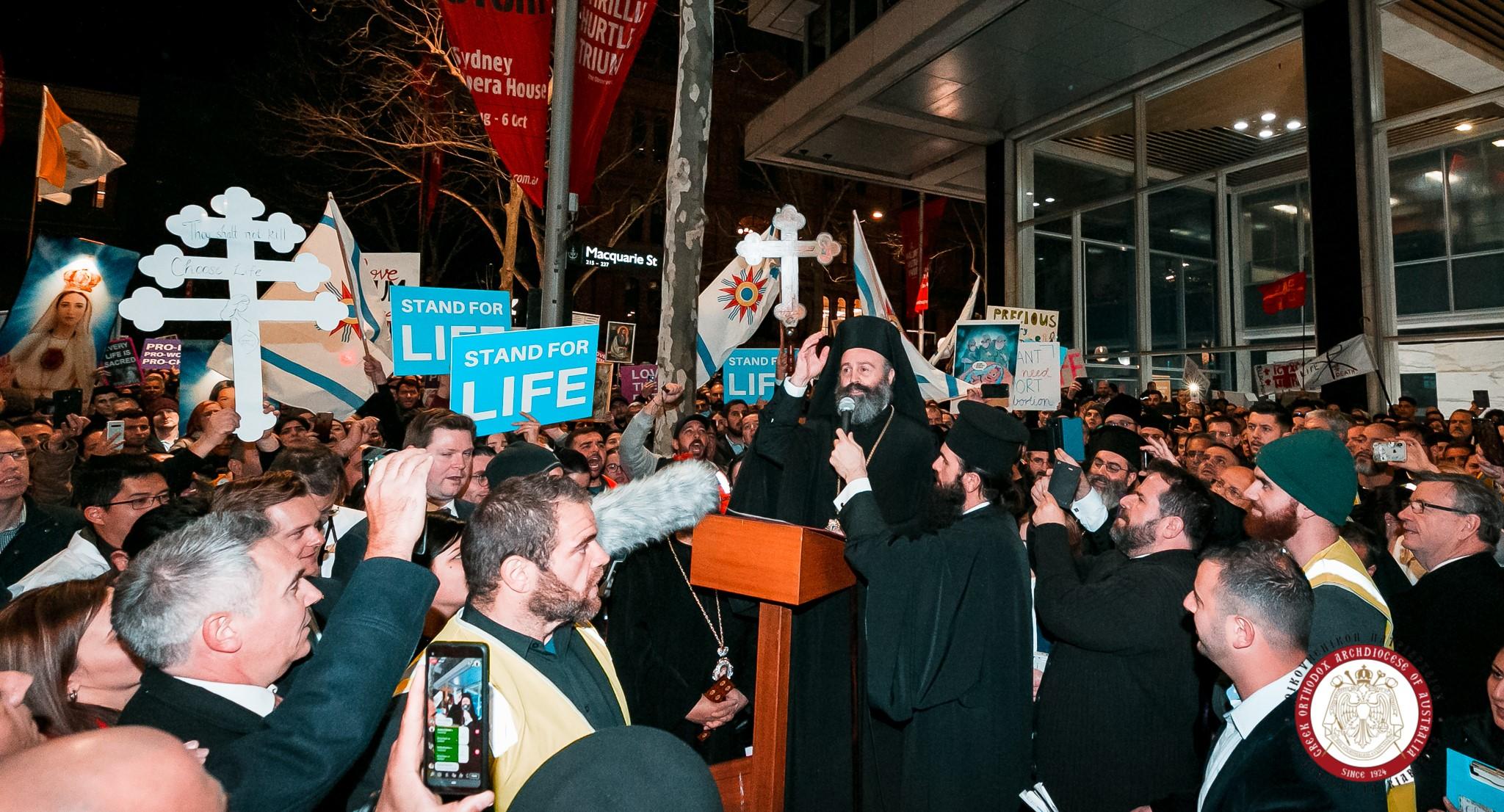 """Protest al credinciosilor ortodocsi australieni fata de DEZINCRIMINAREA AVORTULUI (Video). Arhiepiscopul Macarie al Australiei: ESTE REINTRODUSA PEDEAPSA CU MOARTEA!/ Stiri laudative in presa despre """"FAMILIA"""" gay a unui parlamentar din Noua Zeelanda care si-a adus in plen bebelusul obtinut de la o MAMA SUROGAT"""