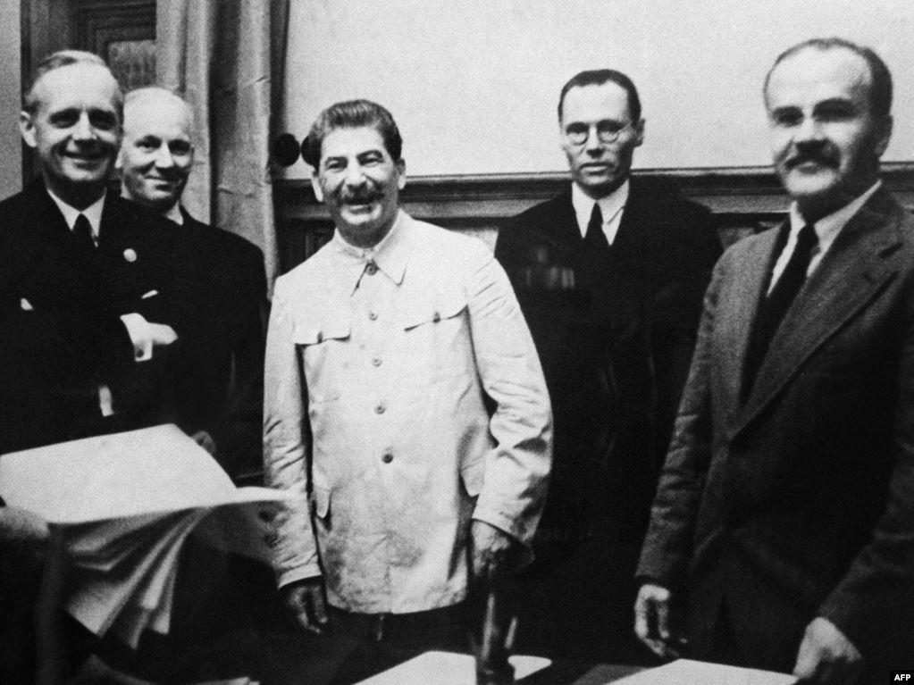 """80 de ani de la semnarea PACTULUI """"COMUNAZIST"""" RIBBENTROP – MOLOTOV. Alianta totalitarismelor a distrus România Mare si a accelerat Al Doilea Război Mondial. Un act de AGRESIUNE neasumat nici in zilele noastre de Rusia"""