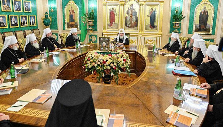 Sinodul Bisericii Rusiei a decis să ÎNTRERUPĂ COMUNIUNEA cu acei ierarhi greci care au recunoscut autocefalia noii structuri ecleziastice din Ucraina. Totodată, Patriarhia Moscovei încă nu a întrerupt pomenirea Arhiepiscopului Ieronim