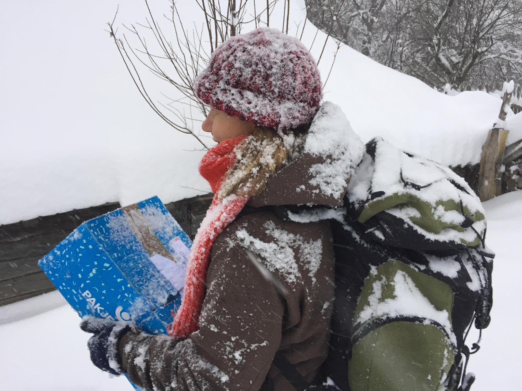 """IZOLAȚI ÎN ROMÂNIA (Emoționantele și pilduitoarele reportaje de Crăciun 2016-2019 ale echipei de la TVR1) – OAMENI MINUNAȚI și SFINȚI SINGURATICI NEȘTIUȚI de lângă noi (I). <i>""""Oameni ca ei nu se vor mai naște pe acest pământ!""""</i>. PENTRU EI ÎNCĂ NE MAI ȚINE DUMNEZEU…"""