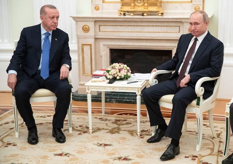 """ARMISTITIU intre Rusia si Turcia privind confruntarile din Siria. Situatia ramane tensionata. APUNE STEAUA LUI ERDOGAN?/ CRIZA DELIBERATA A REFUGIATILOR CONTINUA. Turcia si-a trimis trupele sa impinga imigrantii spre Grecia. România ia """"măsuri speciale"""" pentru fluxul de imigranti"""