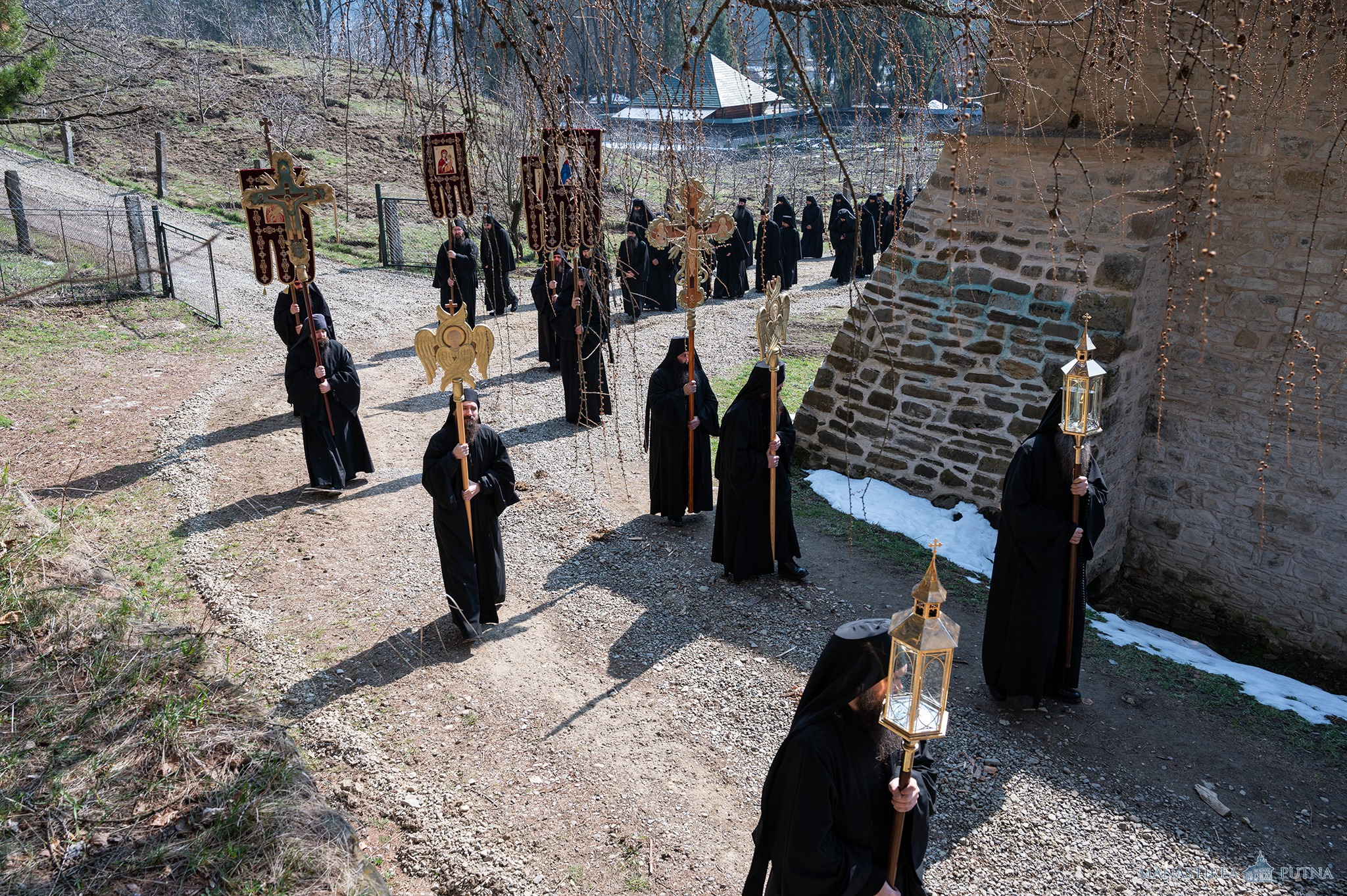 """<i>Fiți alături de Bucovina!</i> PROCESIUNI CU SFINTELE MOASTE LA SUCEAVA SI MANASTIREA PUTNA (si video). Indemnurile PS DAMASCHIN DORNEANUL si PARINTELUI STARET MELCHISEDEC: <i>""""Chemați și voi în rugăciune pe Maica Domnului, pe toți sfinții și pe sfinții care ocrotesc Bucovina. NU VĂ PIERDEȚI NĂDEJDEA!""""</i>"""
