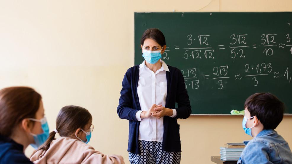 """MĂȘTILE ÎN ȘCOALĂ. Ce se știe despre riscul infectării la copii și a focarelor în școli? De ce măsura purtării măștilor ar putea fi PUNITIVĂ și o GREȘEALĂ GRAVĂ/ Wired: <em>""""E ridicol să tratezi școlile precum focare de Covid""""</em>/ British Medical Journal: <em>""""Copiii nu sunt super-răspânditori de Covid-19""""</em>"""