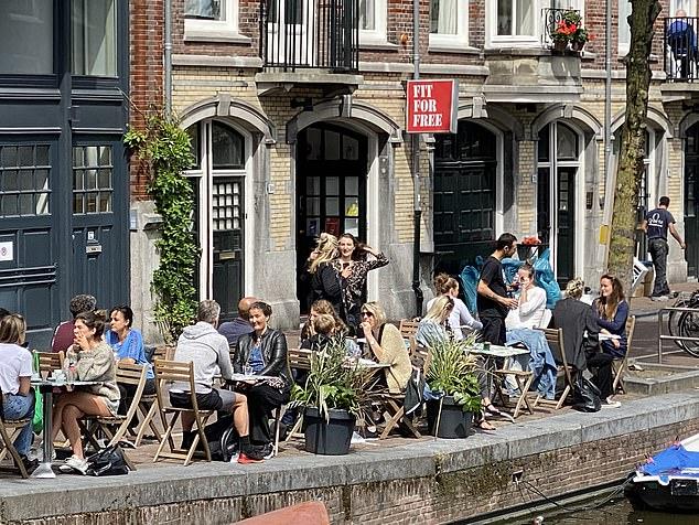 """Olanda a decis să NU recomande sau să impună PURTAREA MĂȘTILOR cu excepția mijloacelor de transport. Oficialii și experții în sănătate olandezi consideră că <em>""""EFICIENȚA MĂȘTILOR NU E DOVEDITĂ"""". """"Nu există niciun beneficiu și chiar ar putea avea un impact negativ""""</em>"""