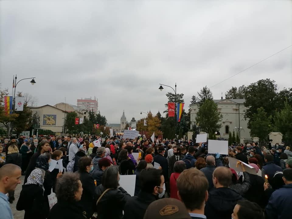 PROTEST LA CATEDRALA DIN IAȘI. Sute de credincioși și-au exprimat indignarea față de anularea pelerinajului la Sfânta Parascheva (Video și Foto)