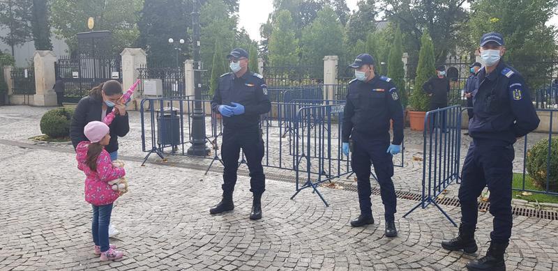 MITROPOLIA MOLDOVEI a cerut autorităților să ABROGE interdicția accesului pelerinilor din ALTE LOCALITĂȚI în catedrala de la Iași, precum și pe cea a ATINGERII RACLEI SFINTEI PARASCHEVA