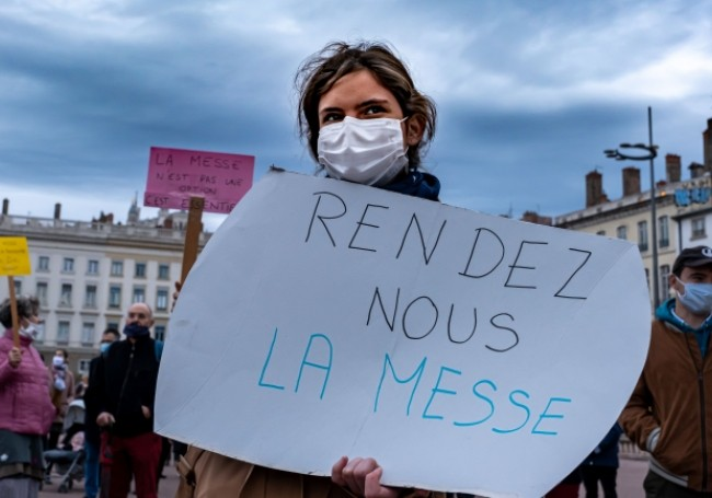 """SUPRIMAREA DEMOCRATIEI SI A LIBERTATII RELIGIOASE SUB UMBRELA SPAIMEI DE VIRUS/ Mii de catolici din Franța au protestat față de INTERZICEREA slujbelor în biserici (VIDEO)/ PROTESTE MASIVE LA BERLIN, în urma adoptării unei legi care acordă guvernului PUTERI SPORITE sub pretextul pandemiei. """"CEL MAI GRAV ATAC la adresa drepturilor fundamentale de după cel de-Al Doilea Război Mondial"""""""