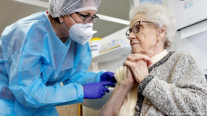 EFECTE ADVERSE ALE VACCINURILOR COVID. Raport CDC (SUA): 55 decese la 3 milioane de vaccinați + alte efecte grave/ Decese și în NORVEGIA și GERMANIA, îndeosebi la populația vârstnică și bolnavă/ CEO-ul PFIZER admite: NU ȘTIE cât durează imunizarea presupusă de vaccin și dacă împiedică transmiterea virusului/ LE MONDE: EMA a autorizat vaccinurile Pfizer la presiunile Comisiei Europene. Vaccinurile în masă ale Pfizer, diferite calitativ de cele din teste!/ VACCINARE și INFECTARE în Israel, UK și Franța