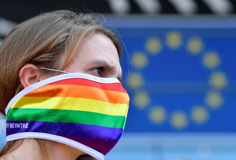 """Corectitudinea politică atinge noi culmi demonice prin crearea """"NOII LIMBI INCLUZIVE"""" de către Parlamentul European. GHIDUL LINGVISTIC PUR ORWELLIAN elaborat de P.E. exclude termenii de """"mamă"""", """"tată"""", """"sex biologic"""", iar """"căsătoria gay"""" devine """"căsătoria egalitară""""/ UE DEVINE OFICIAL <i>""""Zonă de Libertate LGBTIQ""""</i>"""