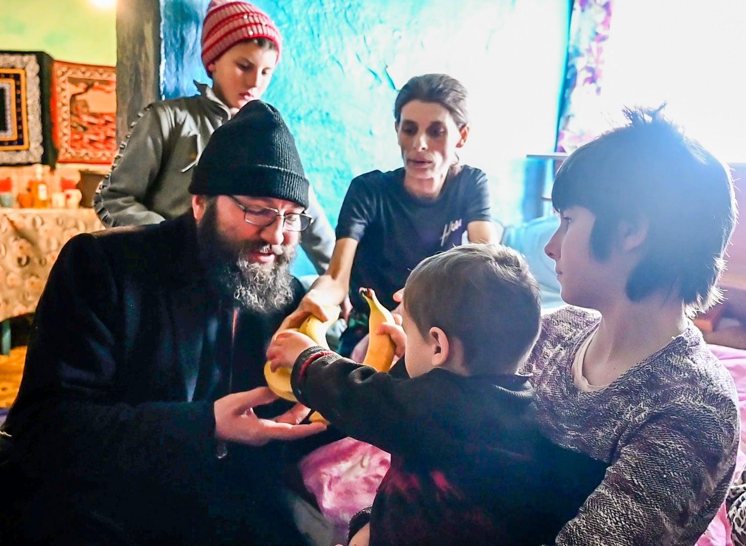 PĂRINTELE (DAN) DAMASCHIN, preotul din Iași care DĂRUIEȘTE NĂDEJDE și care știe să asculte GLASUL VIEȚII și al SUFERINȚEI FRAȚILOR CELOR MICI AI LUI HRISTOS. Grăuntele de Lumină 2021 a ajuns la aproape 9000 de copii (NOI REPORTAJE și INTERVIURI VIDEO)