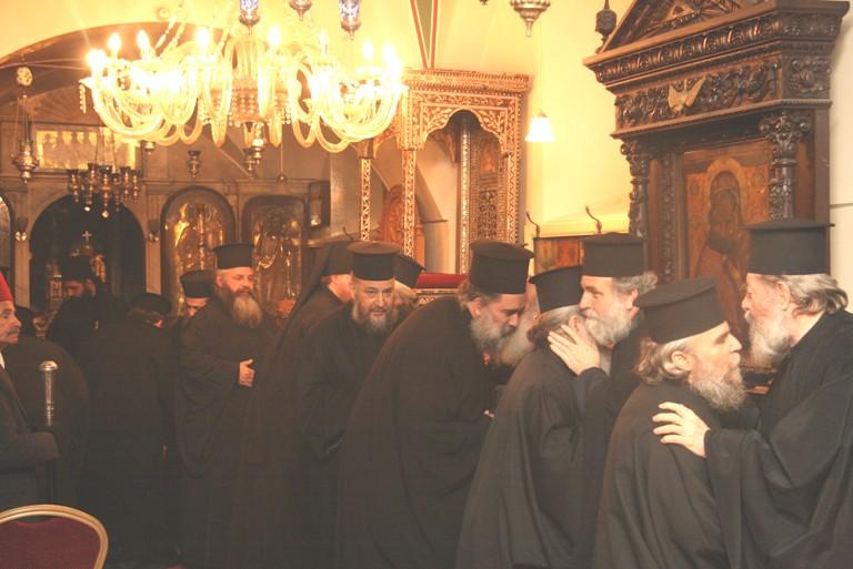 pf-teofil-al-ierusalimului-si-parintii-aghiotafiti-la-imbratisarea-iertarii.jpg