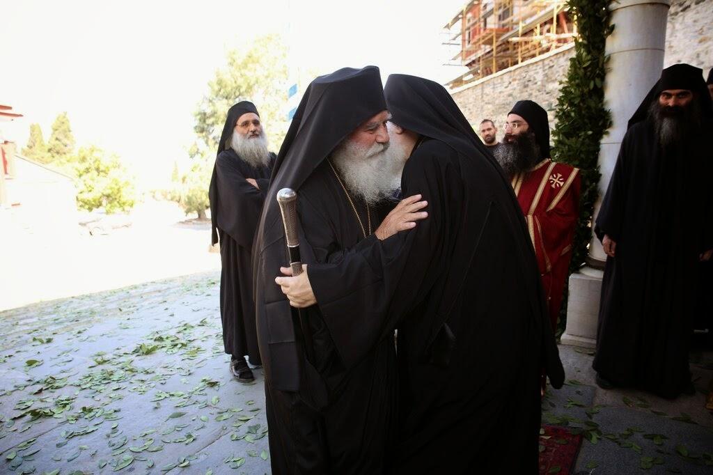 iertare imbratisare monahi