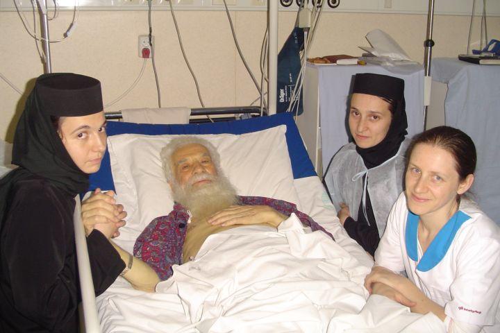 FILE DE PATERIC VIU CU PARINTELE CALCIU – ultimele sale zile de viata, la Spitalul Militar, povestite de maicile de la Diaconesti