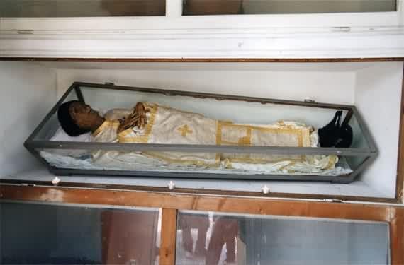 PARINTELE ILIE LACATUSU, sfantul cu trup neputrezit din Giulesti