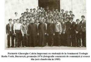 Parintele Gheorghe Calciu impreuna cu studenti la Radu Voda 1976