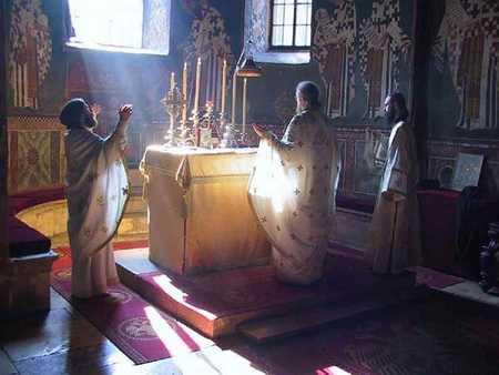 Enciclica Bisericii Greciei (2004): RUGACIUNILE SFINTEI LITURGHII TREBUIE CITITE IN AUZUL POPORULUI
