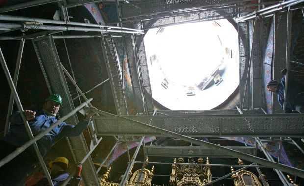 MINUNEA DE LA BISERICA SFANTUL PANTELIMON (Foisorul de Foc), care a fost cuprinsa de flacari luni seara!