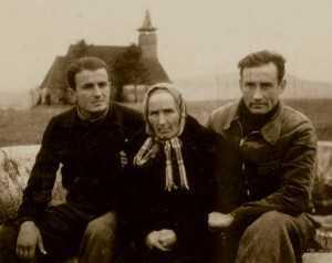 Ioan Ianolide si Valeriu Gafencu (si mama sa) la Galda