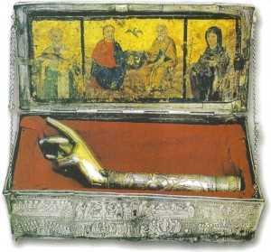 3 Το φυλασσόμενο από το 1745 στην Ιερά Μονή Παναγίας Αμπελακιωτίσσης Ναυπάκτου χαριτόβρυτο δεξιό χέρι του Αγίου Πολυκάρπου.