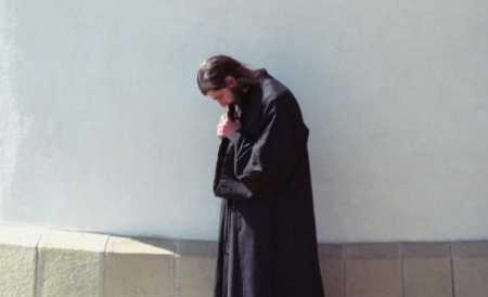 in-numele-credintei-se-roaga-zilnic-8-ore-in-acelasi-loc-in-aceeasi-pozitie-de-peste-30-de-ani-151088