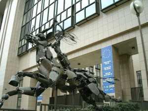 statuie in fata Parlamentului European