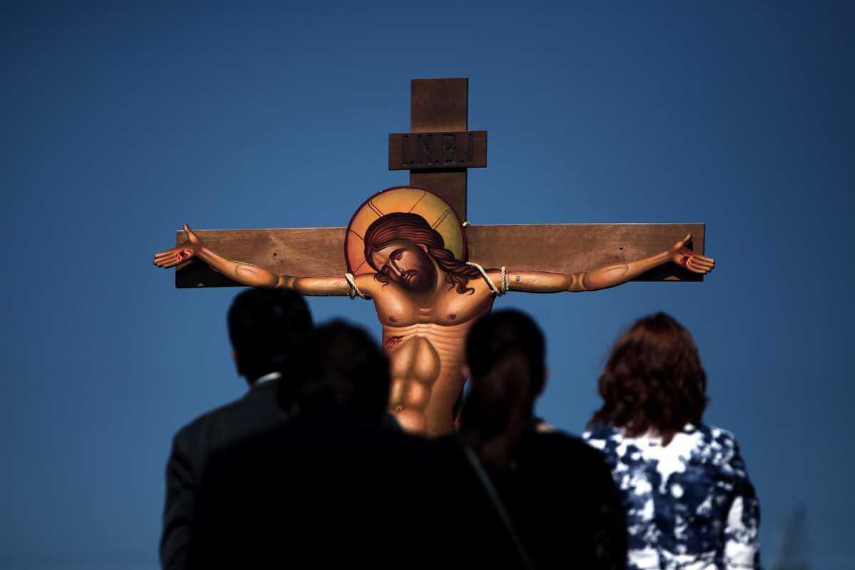"OMUL IN FATA CRUCII. Predici <i>(text, audio, video)</i> miscatoare si trezitoare la <b>Inaltarea Sfintei Cruci</b>: <i>""Marea tragedie a omenirii este neintelegerea Crucii""</i>"