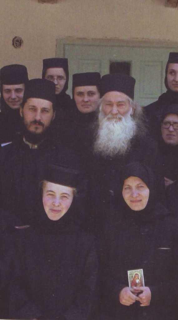 p. Iustin cu p. Amfilohie si maici Diaconesti iunie 2003