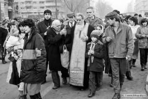 8-Parintele-Galeriu-in-Piata-Universitatii-22-Dec-1989-Foto-Dinu-Lazar