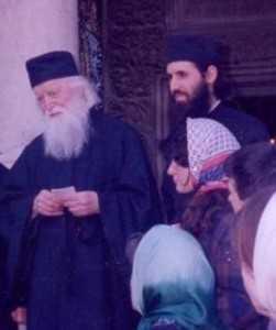 parintele-sofian-boghiu-parintele-mihail-stanciu-cu-tinerii-ascor-decembrie-1997