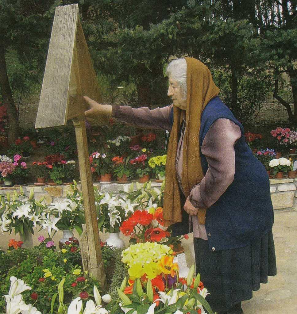 batrana lumea credintei minunea parintelui Arsenie cu bastonul - la mormantul de la Prislop