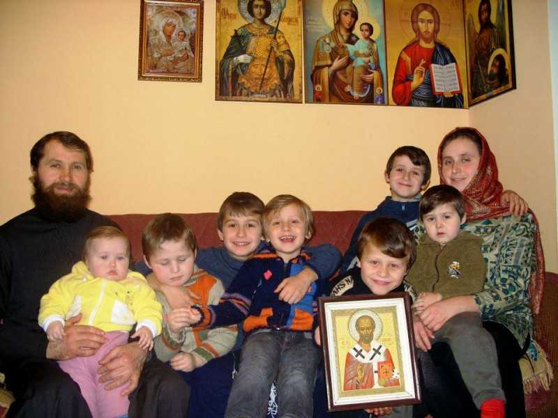 """SFATURI PRIVITOARE LA VIATA DE FAMILIE de la Parintele Epifanie Teodoropulos: <i>""""<b>Daca Dumnezeu nu da copii, stie ceva… Dumnezeu a incredintat parintilor educatia copiilor LUI</b>""""</i>"""