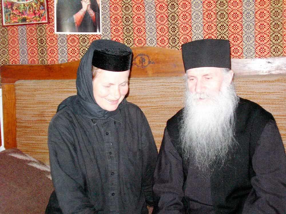 """MARTURII despre FERICITUL PARINTE IOANICHIE BALAN, marele duhovnic de la Sihastria Neamtului: <i>""""Multa grija avea de noi!""""</i>. DUIOSIE SI FERMITATE"""