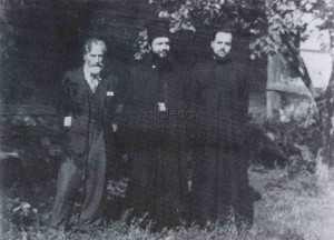 Vasile Voiculescu şi monahii Antonie Plămădeală şi Andrei Scrima în curtea mănăstirii Antim din Bucureşti