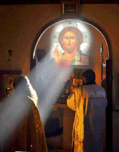 <i>&#8220;DRAGOSTEA CEA DINTÂI&#8221;</i> &#8211; prima întâlnire a sufletului cu Domnul Său, prin cercetarea tainică a harului. CUM SE ARATĂ ÎN VIAȚA NOASTRĂ DUMNEZEUL CEL VIU: &#8220;Cu adevărat, uimitoare sunt căile lui Dumnezeu cu omul şi chipul în care îl atrage la Sine! DRAGOSTEA LUI DUMNEZEU ESTE ADEVARATĂ NEBUNIE&#8230;&#8221;